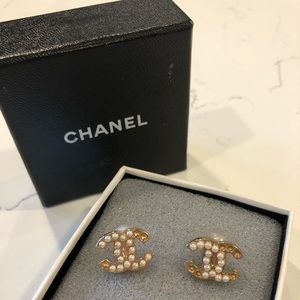 CHANEL Stud Pearl Earrings - Authentic (Damaged)